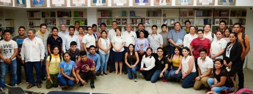 reunión con jóvenes estudiantes de distintas licenciaturas de la Universidad Autónoma de Chiapas